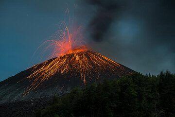 Strombolian activity at Anak Krakatau on 20 Nov 2018 (Photo: Tom Pfeiffer)