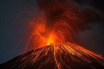 Beautiful symmetric eruption. (Photo: Tom Pfeiffer)