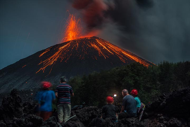 Lava watchers in position for the show. (Photo: Tom Pfeiffer)