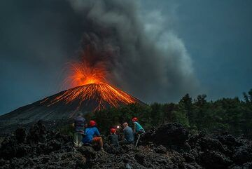 Group observing Anak Krakatau during our Volcano Special in Nov 2018. (Photo: Tom Pfeiffer)