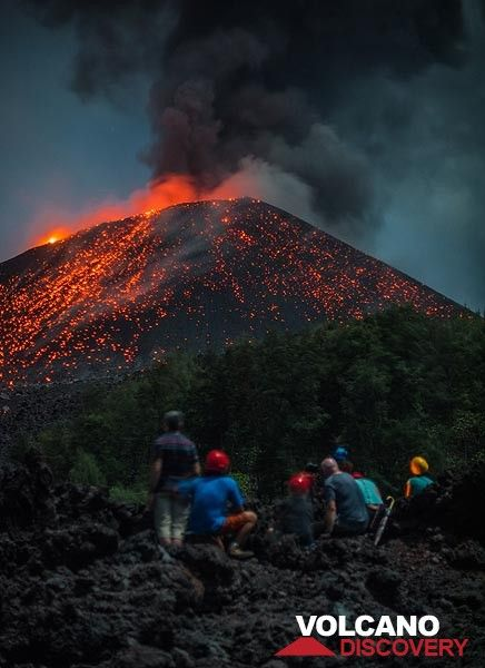 Three eruptions with the group as foreground in 3 minutes... (Photo: Tom Pfeiffer)