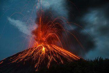 Moderately sized ash-rich eruption. (Photo: Tom Pfeiffer)