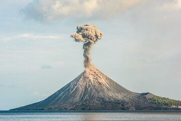 Since the early morning of 21 Nov, the frequency and style of eruptions has changed: intervals are sometimes more than an hour. (Photo: Tom Pfeiffer)