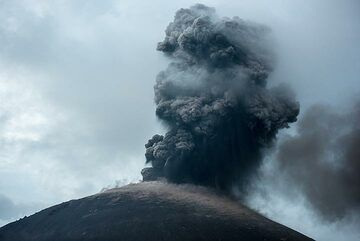 In the evening, the eruptions are again a bit smaller and more frequent. (Photo: Tom Pfeiffer)