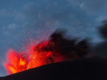 Small and brighter eruption after nightfall, but with full moon. (Photo: Tom Pfeiffer)