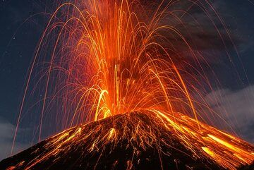 A second powerful eruption occurs about 10 minutes later. (Photo: Tom Pfeiffer)