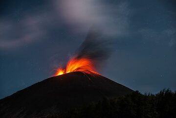 During the rest of the night, mostly smaller eruptions occur. (Photo: Tom Pfeiffer)