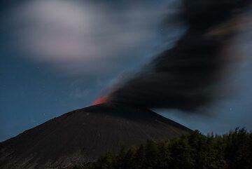 Ash venting at night. (Photo: Tom Pfeiffer)