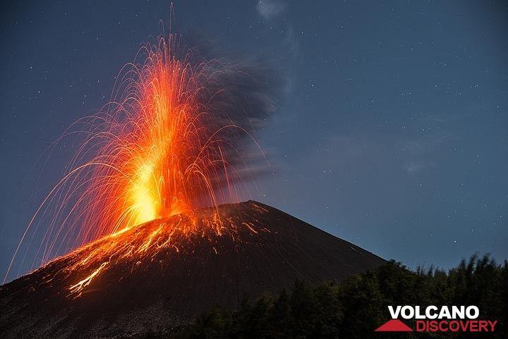 Bright stormbolian eruption on the evening of 21 Nov. (Photo: Tom Pfeiffer)