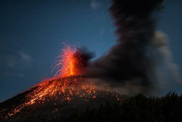 A phase of strombolian-type activity lasts about a quarter of an hour. (Photo: Tom Pfeiffer)