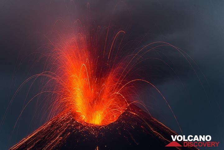 Beautiful eruption early on 22 Nov. (Photo: Tom Pfeiffer)