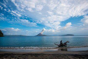 Eruption in the morning of 22 Nov. (Photo: Tom Pfeiffer)