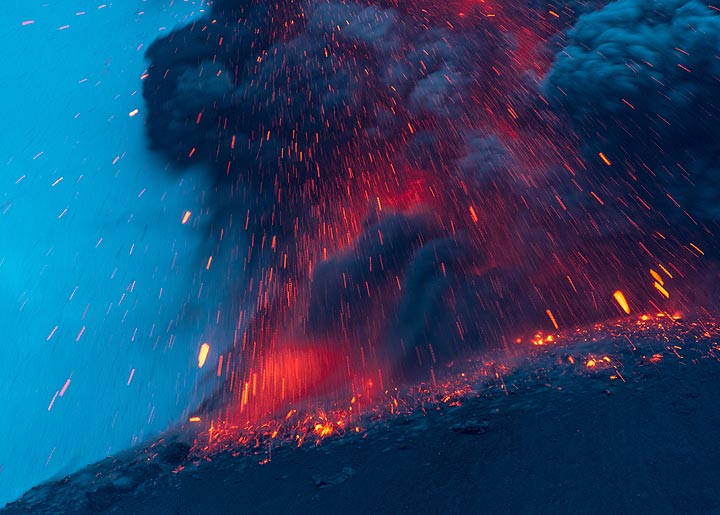 Eruption with glowing ash (2/3 in series) (Photo: Tom Pfeiffer)
