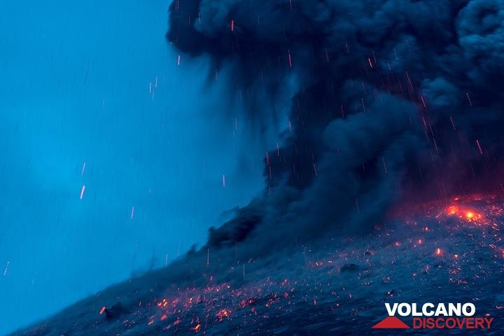 At the end of the eruption, lava does not continue to glow for very long. (3/3 in series). (Photo: Tom Pfeiffer)