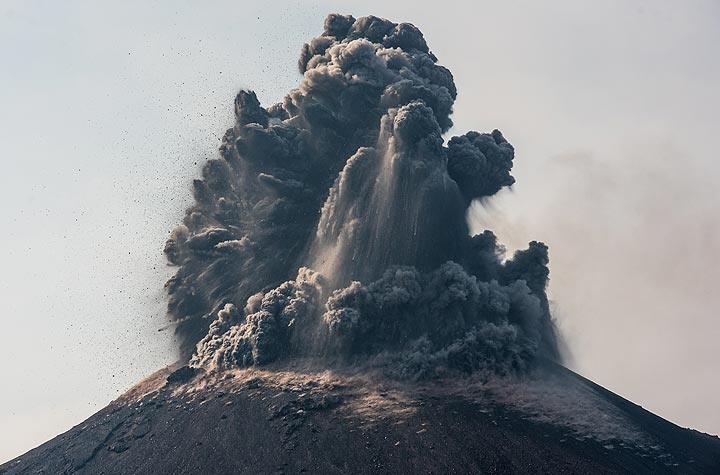 Very strong and ash-rich explosions occurred from the new summit crater of Anak Krakatau when we arrived in the afternoon of 13 Oct. (Photo: Tom Pfeiffer)