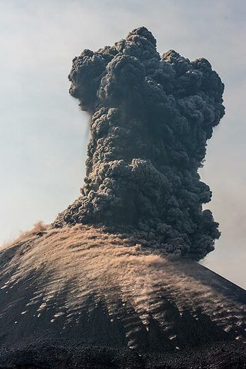 Billowing ash plumes from this activity rose several hundred meters. (Photo: Tom Pfeiffer)
