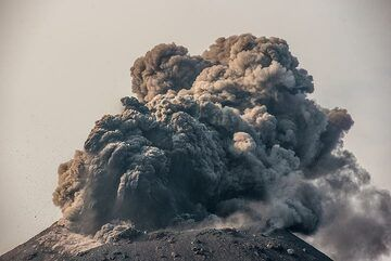 Very ash-rich strombolian activity in the afternoon of 13 Oct 2018.  (Photo: Tom Pfeiffer)