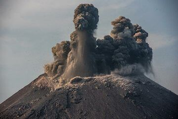 Strombolian activity generates a vertical jet of material. (Photo: Tom Pfeiffer)
