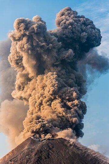 Vertical ash column about 600 m tall. (Photo: Tom Pfeiffer)