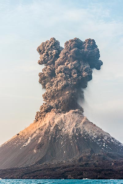After several hours of mild to strong ash emissions and strombolian-type activity, a sudden much stronger explosion with loud detonation sound occurs around 16:30 pm local time. (Photo: Tom Pfeiffer)