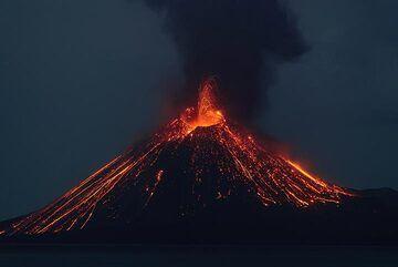 Strong strombolian eruption after sunset seen from Rakata island (13 Ocrt 2018) (Photo: Tom Pfeiffer)