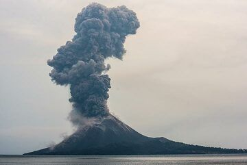 Early morning of 14 Oct, vulcanian eruptions pick up again, often with loud cannon-shot like sounds. (Photo: Tom Pfeiffer)