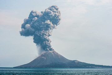 A similar explosion two hours later. (Photo: Tom Pfeiffer)