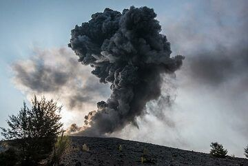 Ash plume from a small explosion on 14 Oct evening. (Photo: Tom Pfeiffer)