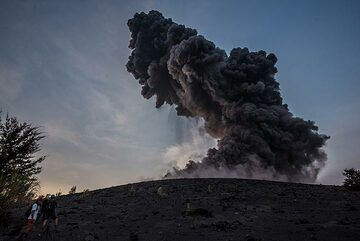 A very strong explosion occurs in the late afternoon, sending blocks into the sea, while we were observing from the end of the forest of Anak Krakatau. After this event, no stronger explosions occurred during 36 hours. (Photo: Tom Pfeiffer)