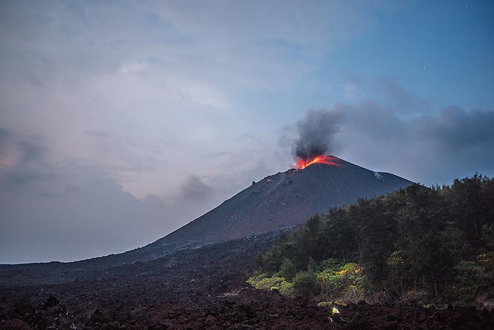 Mild strombolian activity occurred throughout the afternoon and evening of 14 Oct, here seen from a viewpoint near the southern tip of the 2013 lava flow of Anak Krakatau. (Photo: Tom Pfeiffer)