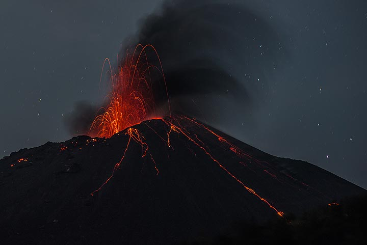 The typical weak strombolian activity only rarely ejected blocks outside the crater. (Photo: Tom Pfeiffer)