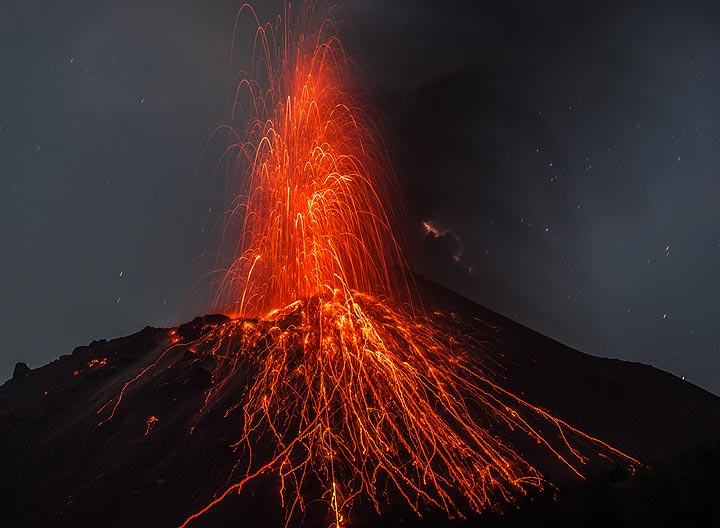 A stronger eruption throws many bombs onto the southeastern slope of the summit crater (14 Oct evening). (Photo: Tom Pfeiffer)