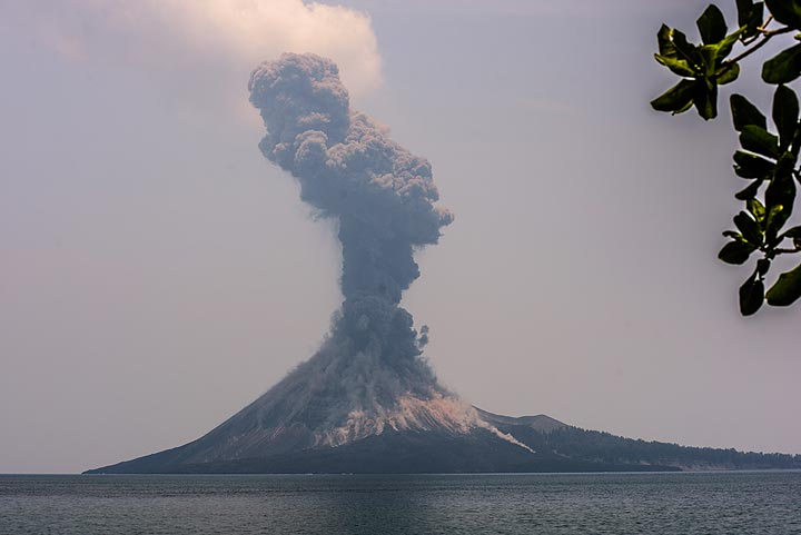 Vulcanian explosion at noon of 16 Oct. (Photo: Tom Pfeiffer)
