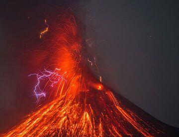 Vulcanian eruption with lots of lightning (evening of 16 Oct). (Photo: Tom Pfeiffer)