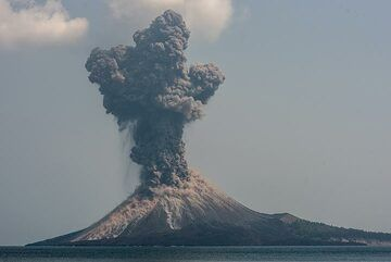 Very strong explosions occur during the morning of 17 Oct, sometimes sending blocks into the sea. (Photo: Tom Pfeiffer)