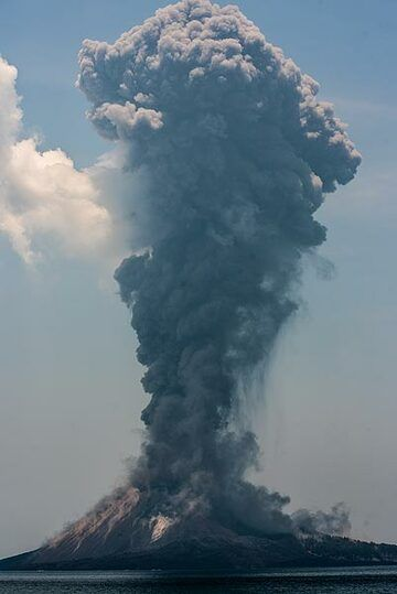 Ash plume rising approx. 3 km above Anak Krakatau. (Photo: Tom Pfeiffer)