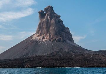 The dense eruption column partially collapses into small pyroclastic flows. (Photo: Tom Pfeiffer)