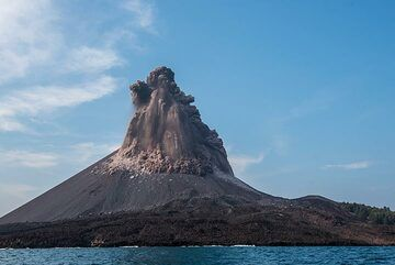 The collapsing margins of the eruption columns develop small pyroclastic flows. (Photo: Tom Pfeiffer)