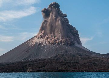 The same eruption seconds later. (Photo: Tom Pfeiffer)