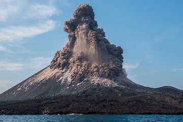 While the top part of the eruption plume continues to rise vertically. (Photo: Tom Pfeiffer)