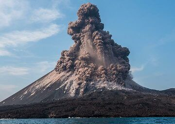 On 17 Oct, explosions were particularly violent at Anak Krakatau. We show a series of images of a spectacular explosion captured from close range by boat. 2 months later, the cone of Anak Krakatau collapsed into the sea on the evening of 22 Dec 2018, triggering a catastrophic tsunami (more info).  Continued activity that accumulated more and more weight on the cone, built on top of a steep underwater slope in the SW (left in the images), and shaking by explosions like this might well have been the final trigger for that tragic event. (Photo: Tom Pfeiffer)