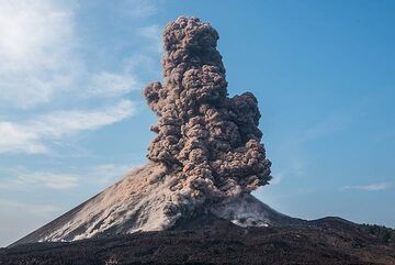 An impressive ash plume gradually rises to several hundred meters, to reach 2-3 km. (Photo: Tom Pfeiffer)