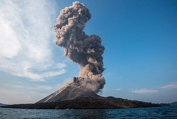 A second, weaker pulse of eruption follows while the ash plume from the explosion still rises further. (Photo: Tom Pfeiffer)