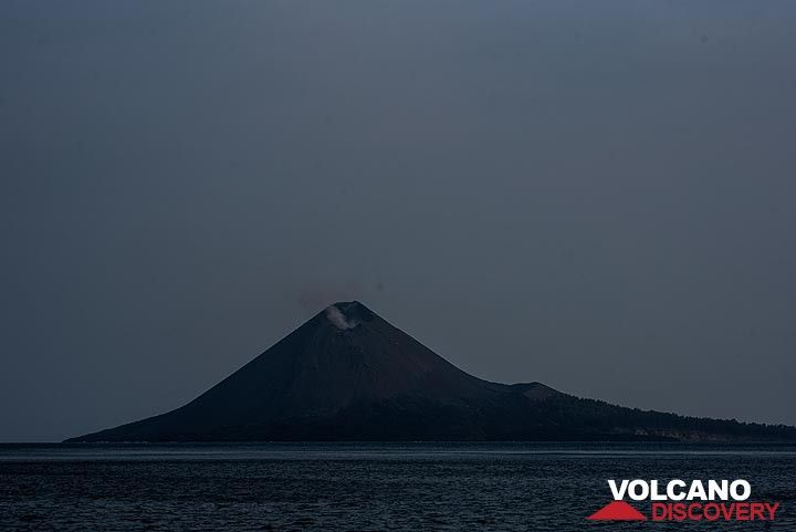 Night view of Anak Krakatau during a calm phase in moonlight (Photo: Tom Pfeiffer)