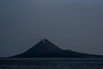 Night view of Anak Krakatau during a calm phase in moonlight (Photo: Tom Pfeiffer)