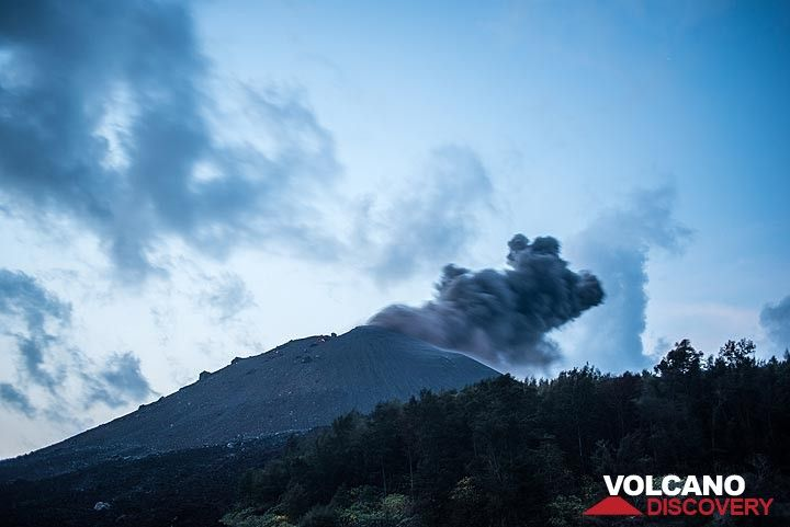 The evening of 17 Oct was relatively calm, after the very large eruption had occurred in the afternoon. (Photo: Tom Pfeiffer)