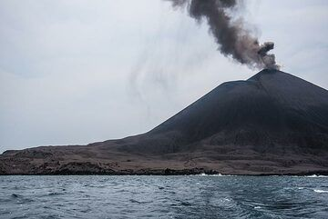 4 months of eruption with predominantly southerly winds have covered the northern and western parts of Anak Krakatau with a thick gray blanket of ash. (Photo: Tom Pfeiffer)