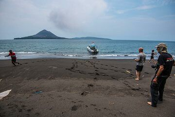 Visiting the beach on Long island (Panjang) (Photo: Tom Pfeiffer)
