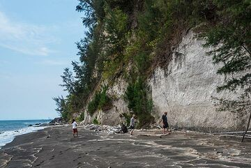 At the enormous pumice deposit from the infamous 1883 eruption of Krakatau. (Photo: Tom Pfeiffer)