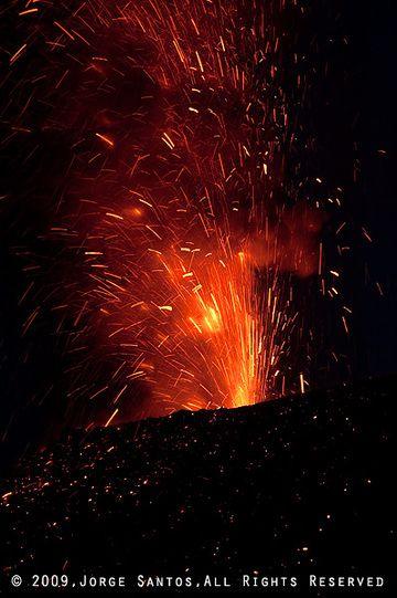 Glühende Auswürfe vom Krater. (Photo: Jorge Santos)